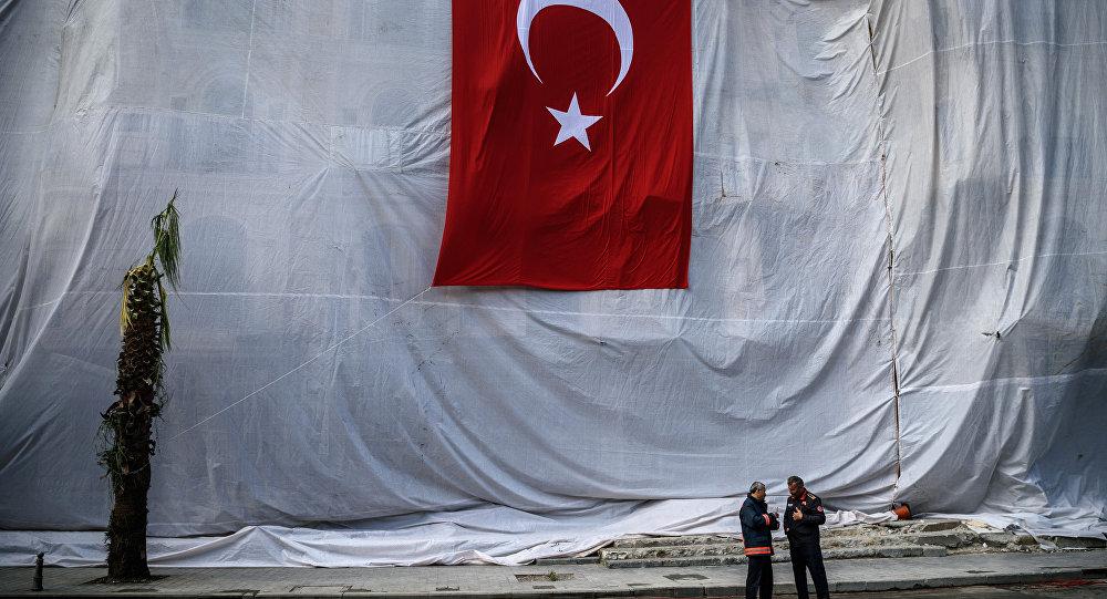 Dois homens em frente do hotel com cobertura branca e bandeira da Turquia um dia depois de explosão em Istambul que resultou em 11 mortes, Istambul, Turquia, 8 de junho de 2016