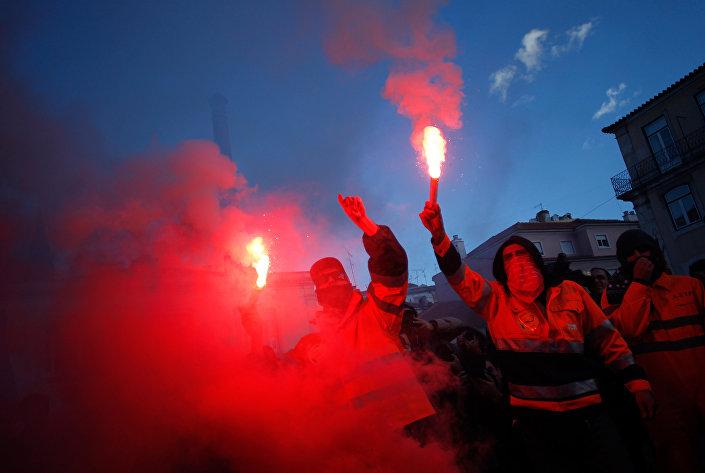 Em 29 de novembro de 2012, um ato de estivadores na frente do Parlamento em Lisboa tinha fogo
