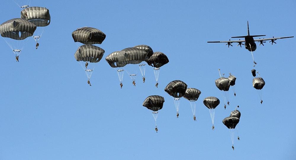 Tropas americanas pousam de paraquedas no campo militar de Torun, perto da Polônia, em 7 de junho de 2016 durante os exercícios militares da OTAN Anakonda-16.