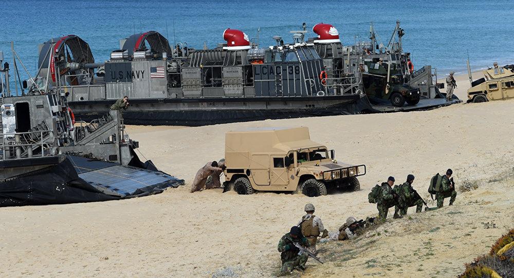 Fuzileiros Navais dos EUA desembarcam durante exercícios da OTAN em Pinheiro da Cruz, na costa alentejana a sul de Lisboa, em 20 de outubro de 2015