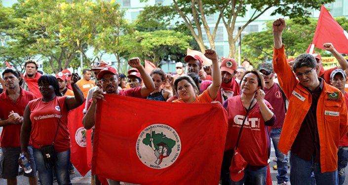 Integrantes do Movimentos dos Trabalhadores Rurais Sem Terra