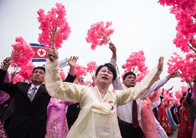 Participantes da manifestação na Coreia do Norte