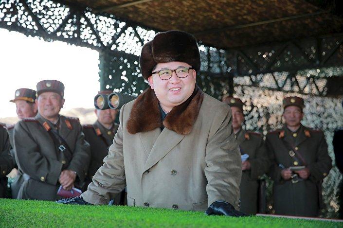Líder norte-coreano, Kim Jong Un, observa realização de exercícios