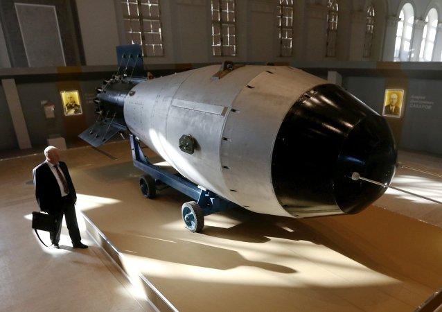 Shell, a réplica da maior bomba nuclear soviética detonada, a AN-602 (Tsar-Bomb), em exposição em Moscovo, Rússia, 31 de agosto de 2015