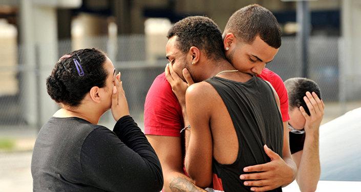 Amigos e familiares de vítimas em Orlando