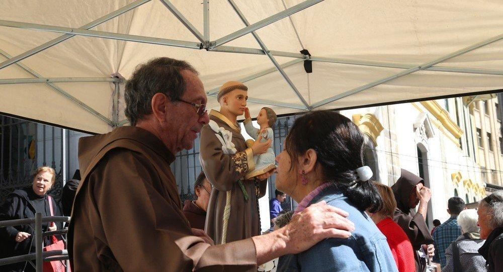 No dia de Santo Antônio, fiéis formam fila para pegar pão bento no centro de SP