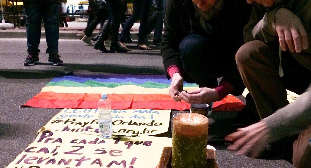 Vigília na Avenida Paulista, em São Paulo, em homenagem às vítimas do massacre em Orlando
