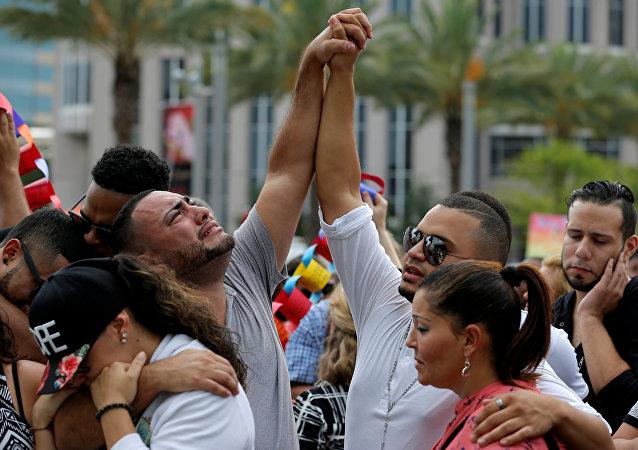 Vigília em homenagem às vítimas do tiroteio no boate gay em Orlando, Flórida, 13 de junho de 2016.