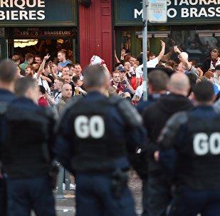 Polícia francesa na frente de torcedores ingleses em Lila