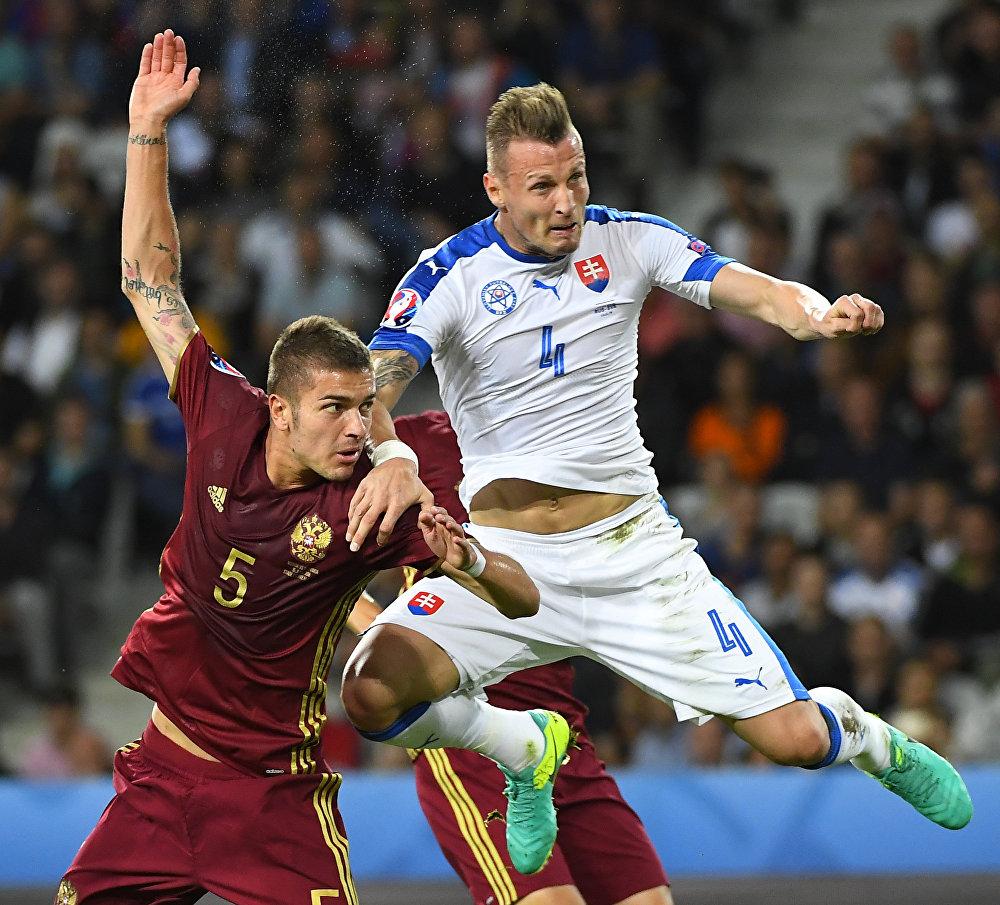Disputa de bola entre o russo Roman Neustädter e o eslovaco Jan Durica
