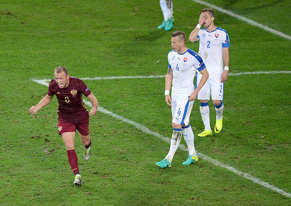 Denis Glushakov comemora após marcar o único gol da seleção russa contra a Eslováquia
