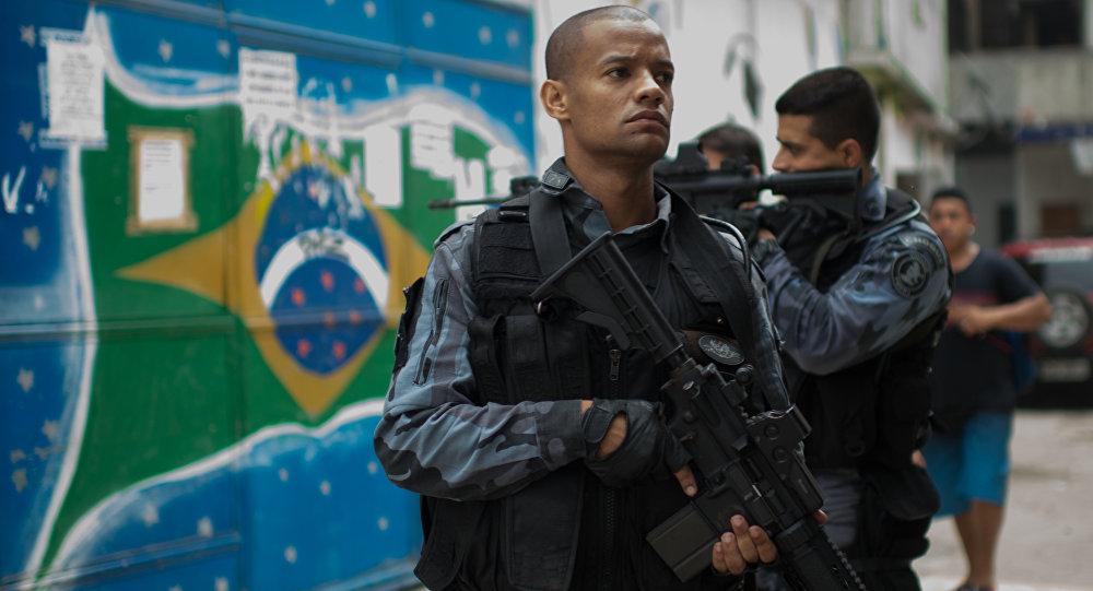 Membro da polícia militar durante patrulha de comunidades de Praia da Ramos e Roquette Pinto, Rio de Janeiro, 1 de abril 2015