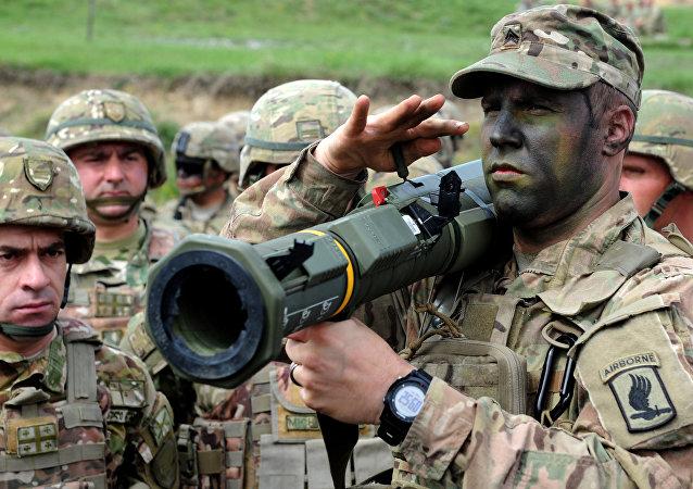Soldado estadunidense segura lança-foguetes durante os exercícios militares conjuntos Noble Partner 2016 em Tbilisi, Geórgia, em 14 de maio, 2016