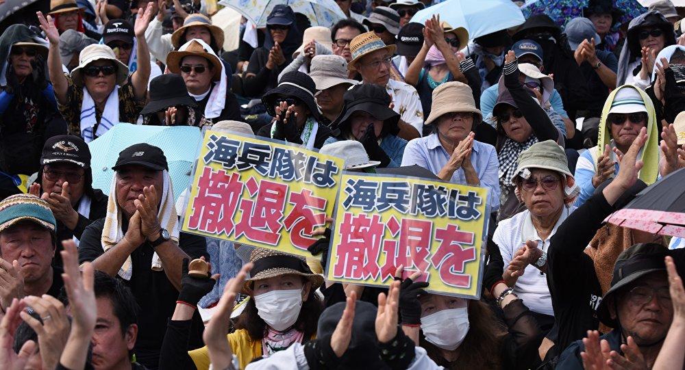 Japoneses protestam contra presença militar americana em Okinawa, 19 de junho