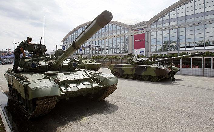 Soldado sérvio está inspeciona um tanque de combate M-84, em Belgrado, em 18 de junho, 2011