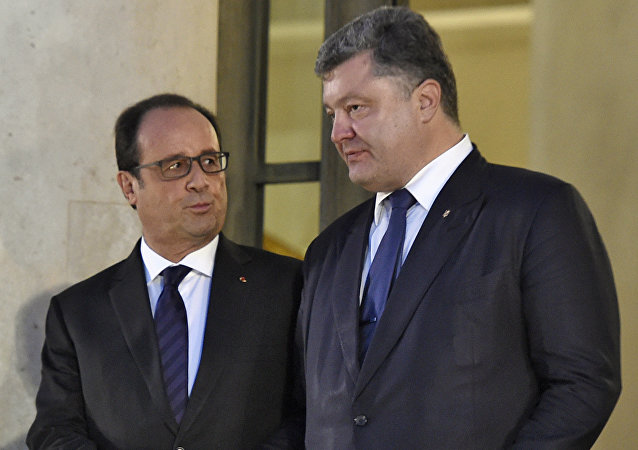 O presidente ucraniano, Pyotr Poroshenko, com o presidente francês François Hollande