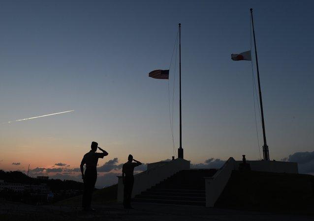 Militares da Marinha dos EUA durante cerimônia de descida das bandeiras norte-americana e japonesa em Camp Forester, perto da base militar de Futenma, em Ginowan, na prefeitura de Okinawa (arquivo)
