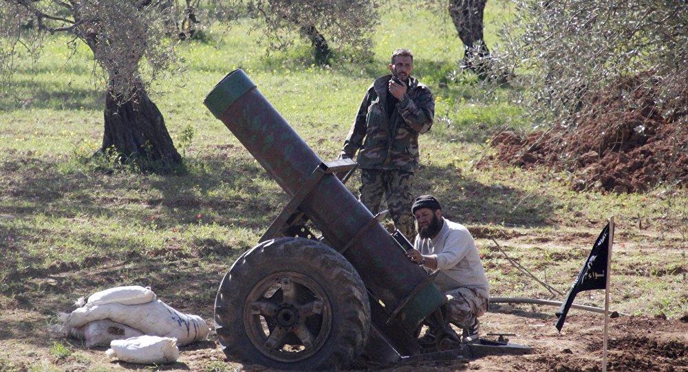 Rebeldes sírios preparam um lançador de morteiro