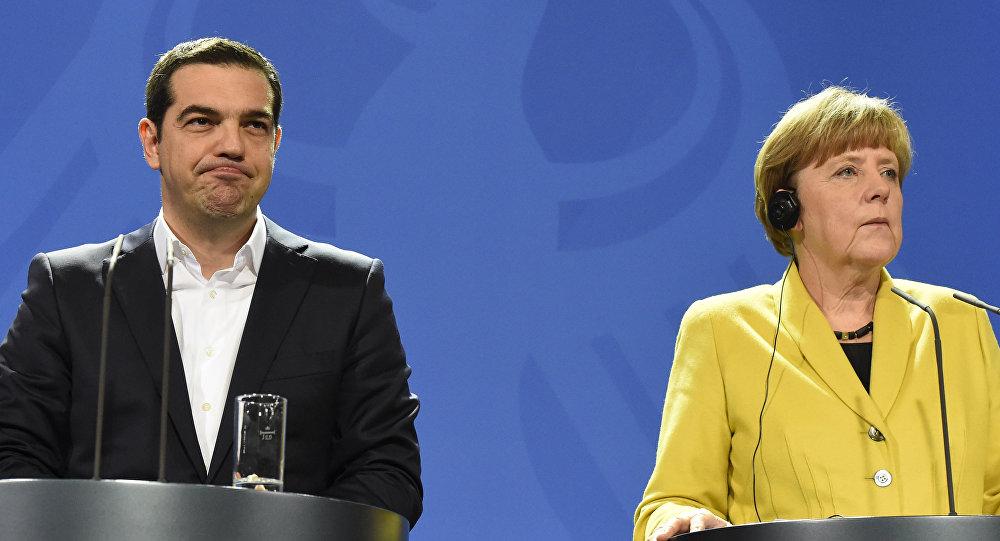 O premier da Grécia, Alexis Tsipras, com a chanceler alemã, Angela Merkel, em Berlim