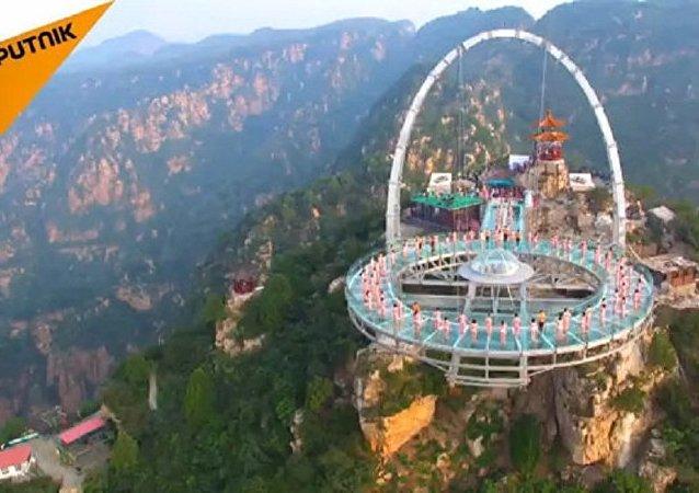 Quase 150 ousados e ousadas fazem yoga perto de Pequim