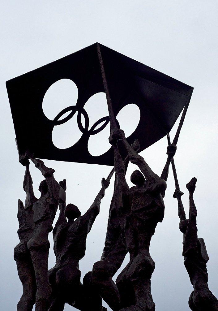 Escultura na entrada do Museu Olímpico em Lausana
