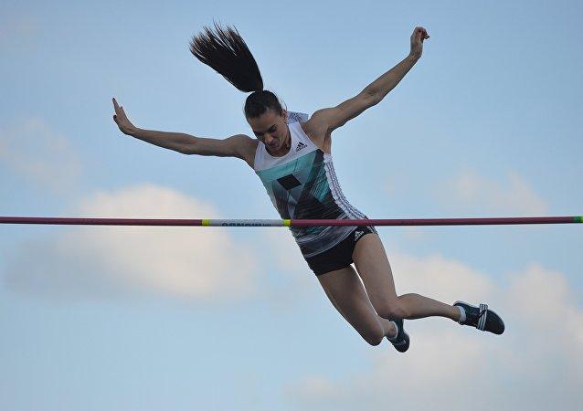 Nesta foto de arquivo, Yelena Isinbayeva salta com vara no campeonato de atletismo da Rússia em Cheboksary em junho de 2016