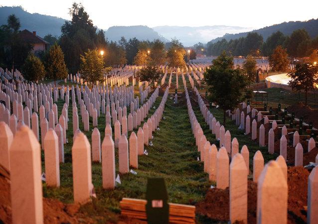 Lápides ao nascer do sol em um complexo memorial perto de Srebrenica, a 150 km de Sarajevo, na Bósnia e Herzegovina