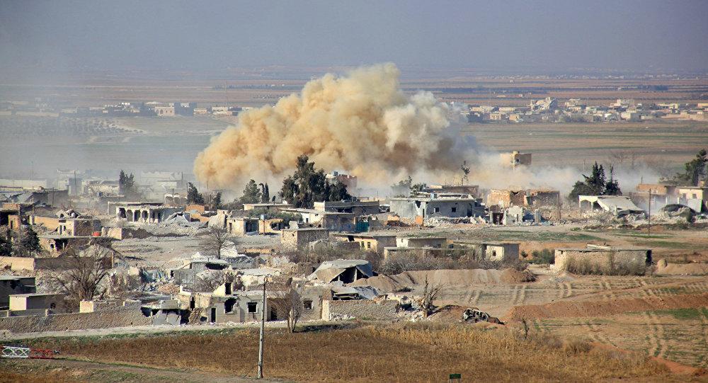 Vista pelo bairro Tal Sharba da cidade de Aleppo depois de a Força Aérea da Síria ter realizado ataques contra posições terroristas,