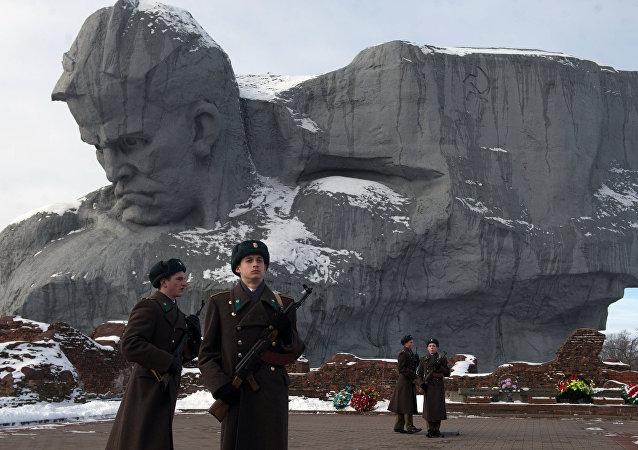 Militares no complexo memorial Fortaleza de Brest - herói na Bielorrússia