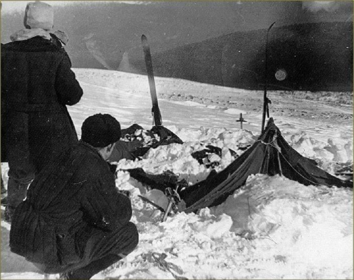Tenda encontrada pela equipe de resgate no Passo Dyatlov em 26 de fevereiro de 1959