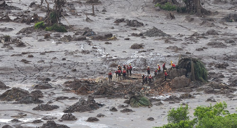 Bombeiros trabalhando nos resgates após o rompimento da barragem da Samarco em Mariana