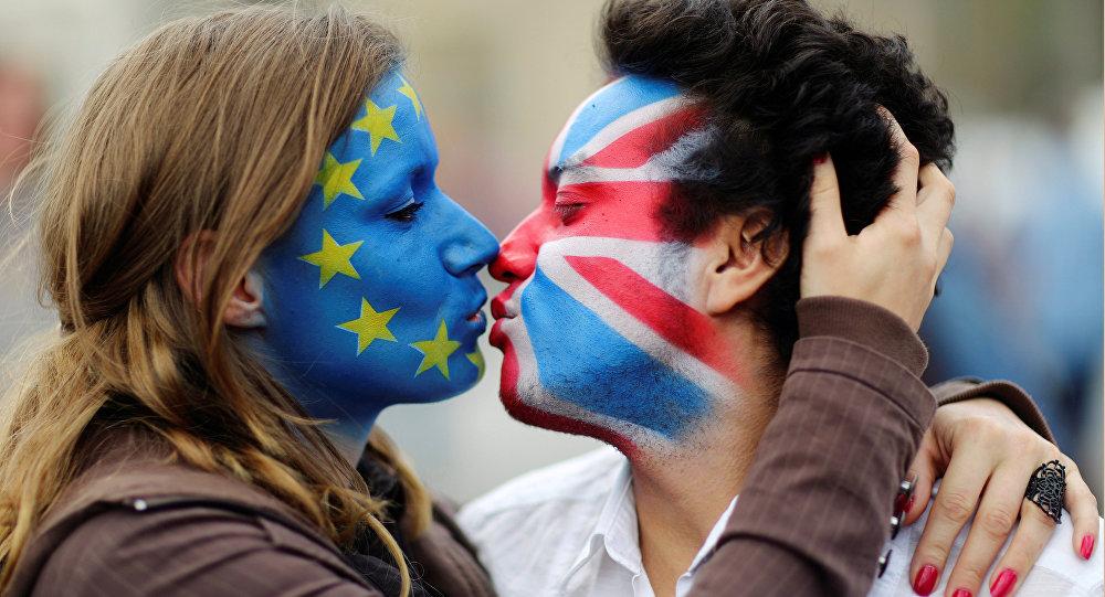 Dois ativistas com a bandeira da UE e Union Jack pintadas em suas caras beijam-se em frente ao Portão de Brandenburgo para protestar contra Brexit em Berlim. 19 de junho e 2016