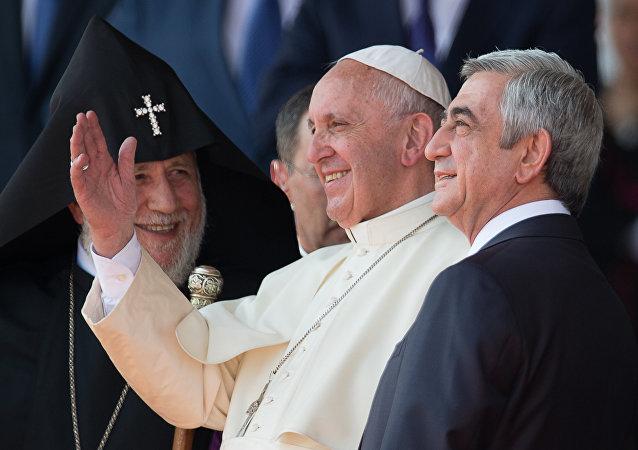 Papa Francisco, em visita à Armênia, conversa com o Katolikos dos Armênios, Garegin II, e o presidente do país, Serj Sargsyan, no aeroporto de Zvartnots, em 24 de junho de 2016