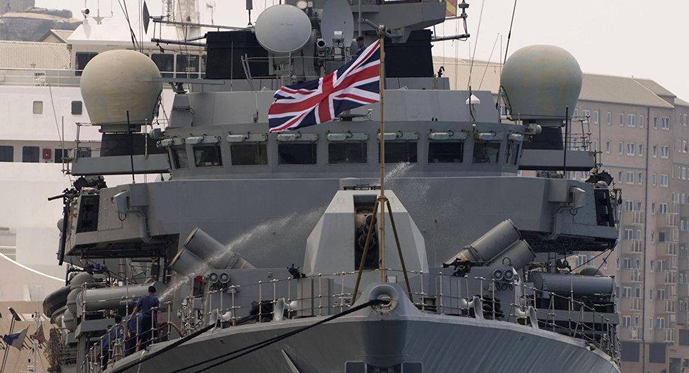 O navio britânico HMS Westminster se desloca pelo porto de Gibraltar em 19 de agosto de 2013, na véspera de umas manobras navais anunciadas naquela época pelo governo britânico