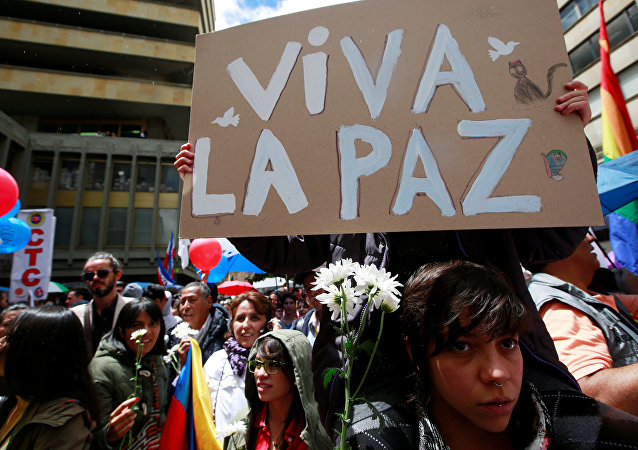 Celebração do acordo histórico de cessar-fogo entre FARC e governo colombiano nas ruas de Bogotá em 23 de junho