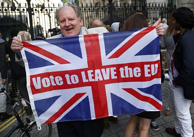 Partidário do Brexit celebra vitória no referendo pelas ruas de Londres