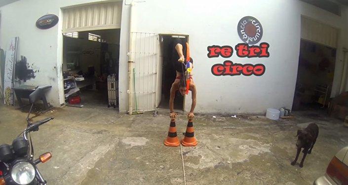 Artista de circo faz tiro ao alvo com os pés