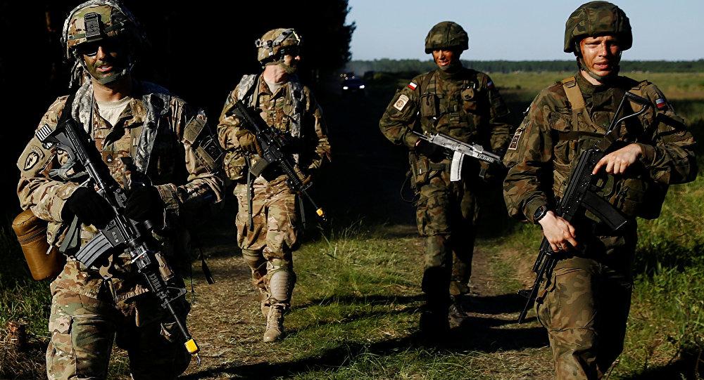 Soldados poloneses e norte-americanos durante exercícios conjuntos Anakonda 16 perto de Torun, Polônia, junho de 2016