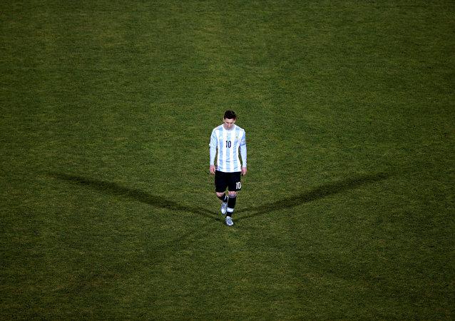 Nesta foto, Lionel Messi caminha pelo campo do Estádio Nacional de Santiago de Chile após o time nacional da Argentina ter perdido aos anfitriões, em 26 de junho de 2016