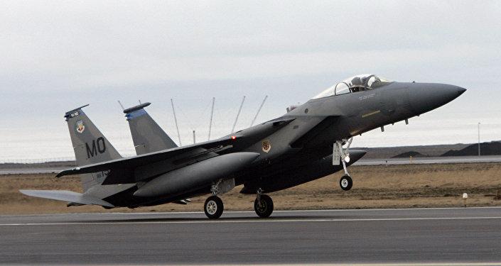 Caça F15 aterrisa na base aérea de  Keflavik na Islândia (foto de arquivo)