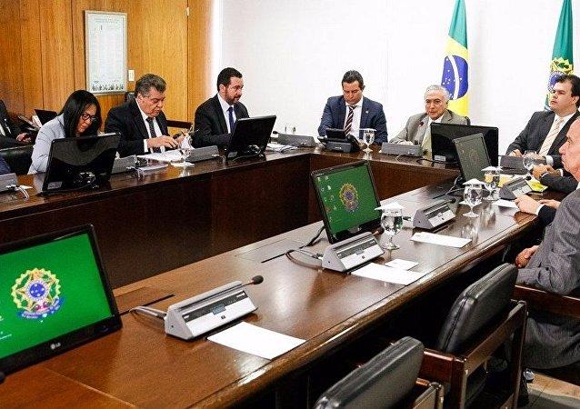Michel Temer durante reunião com ministros do núcleo de infraestrutura e líderes do governo