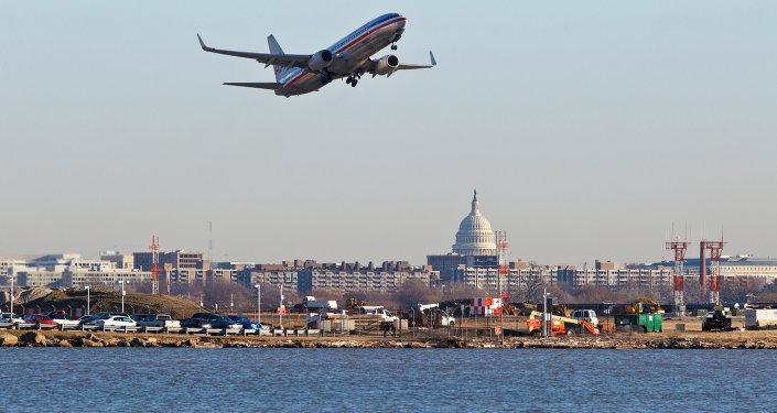 Uma aeronave da American Airlines decola do aeroporto nacional Reagan, em Washington