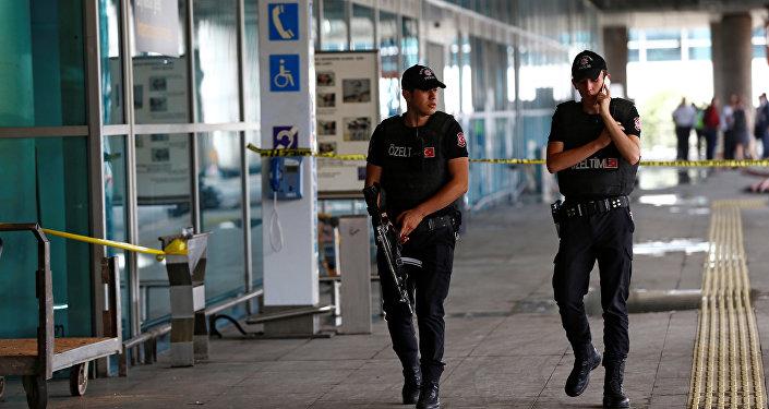 Os policiais turcos no aeroporto Ataturk, em Istambul, 29 de junho.