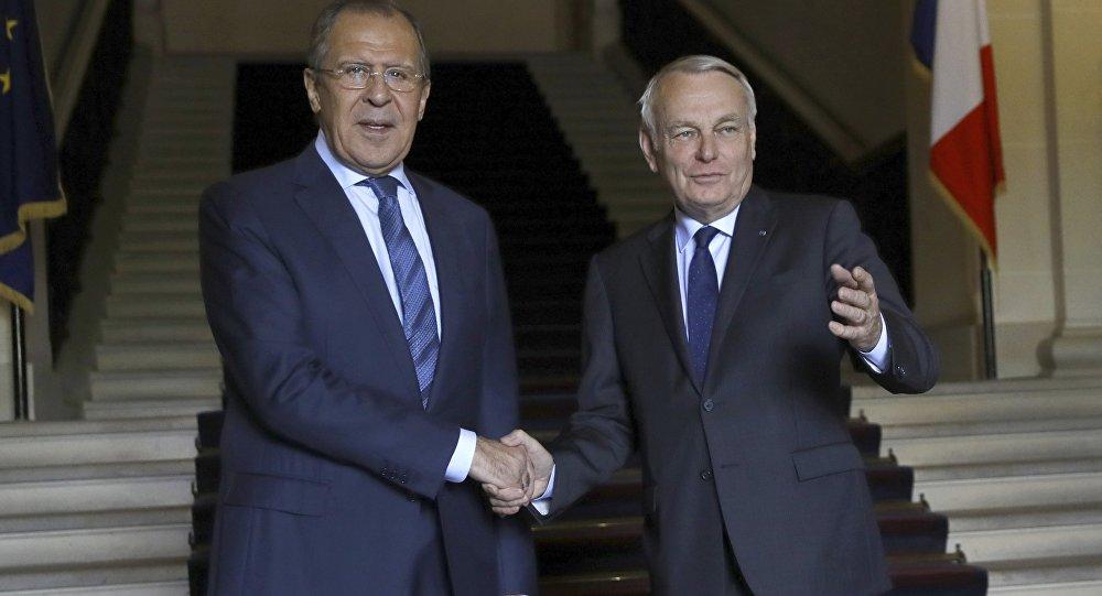 Chanceler francês Jean-Marc Ayrault (direita) com o chanceler russo Serguei Lavrov em Paris