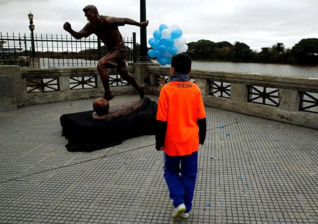 Estátua de homenagem a Messi inaugurada em Buenos Aires