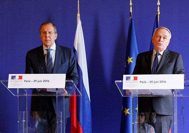 Encontro entre o chanceler russo, Serguei Lavrov, e o seu colega francês,Jean-Marc Ayrault, em 29 de junho de 2016, Paris
