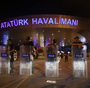 Polícia turca bloqueia a entrada do aeroporto internacional de Istambul, Ataturk (Arquivo)