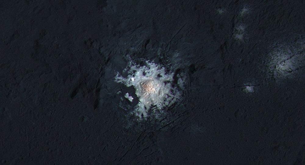 Centro da cratera Occator do planeta anão Ceres