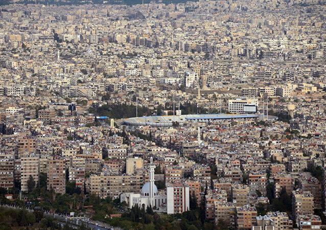 Esta foto de arquivo mostra a cidade de Damasco, capital da Síria, vista de um monte vizinho