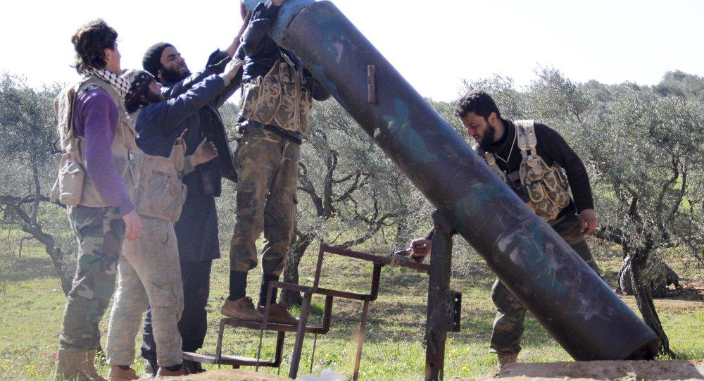 Rebeldes na Síria lançam um foguete artesanal contra forças governamentais perto da cidade de Idlib